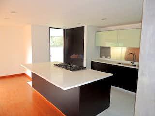 Una cocina con un fregadero y un horno de cocina en Apartamento para venta en Chicó Alto, cuenta con 3 habitaciones.