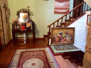 Una sala de estar llena de muebles y una chimenea en Bosque de Pinos