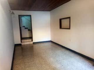 Un cuarto de baño con lavabo y un espejo en Apartamento En Venta En Bogota Galerias con 3 alcobas y 2 baños.