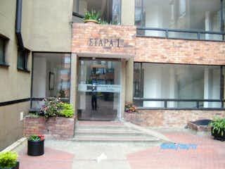 Un gran edificio de ladrillo con una gran ventana en Apartamento en venta en Iberia 110m²