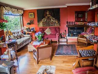 Una sala de estar llena de muebles y una chimenea en Casa en venta en Colinas de Suba, 220mt de dos niveles