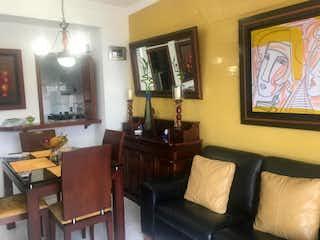 Una sala de estar llena de muebles y una televisión de pantalla plana en Apartamento En Venta En Bogota Ciudad Salitre-Tres alcobas