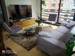 Una sala de estar llena de muebles y una ventana en Vendo apartaestudio cerca al centro internacional