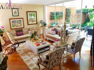 Una sala de estar llena de muebles y una chimenea en AMPLIA CASA EN LA CALLEJA 209m2- Tres Alcobas