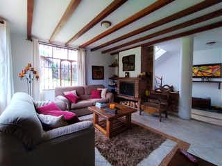 Una sala de estar llena de muebles y una chimenea en Casa en venta en Pueblo Viejo, 801m² con Jardín...