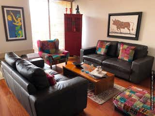 Una sala de estar llena de muebles y una televisión de pantalla plana en Apartamento en venta Chico Navarra - Sexto piso con vista exterior.