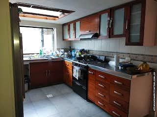 Una cocina con una estufa de fregadero y armarios en VENTA CASA NIZA 240M 6H 4B-  2PARQUEADEROS-