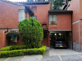 Un coche negro estacionado delante de una casa en Venta casa loma de los Bernal agua fresca