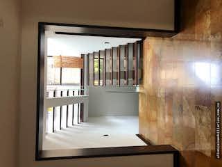 Un cuarto de baño con lavabo y un espejo en ESPECTACULAR CASA BOSQUE MEDINA 335m2, Cinco Alcobas