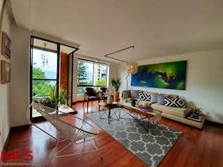 Una sala de estar llena de muebles y una televisión de pantalla plana en Calle Arriba