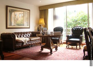 Una sala de estar llena de muebles y una ventana en Venta Apatamento Chicò Navarra, Tres Alcobas
