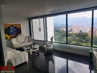 Una sala de estar llena de muebles y una ventana en Q Tower