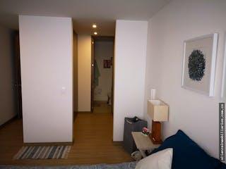 Un dormitorio con una cama un tocador y un espejo en Lindisimo Apartamento Contador 95 Metros, Dos Alcobas
