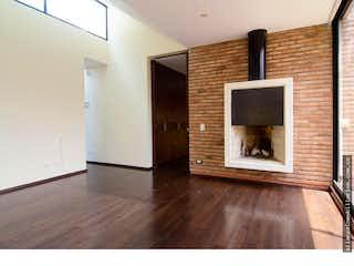 Una sala de estar con chimenea y un televisor en Casa en Canelón, Cajica, Cinco Alcobas- 3250m2.