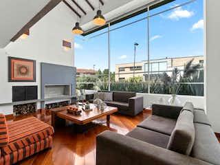 Una sala de estar llena de muebles y una televisión de pantalla plana en Hacienda San Sebastián