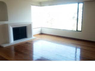 Una sala de estar con suelos de madera dura y una chimenea en Apartamento en Bosque de Pinos, con 3 Habitaciones - 180 mt2.