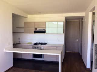 Una cocina con armarios blancos y electrodomésticos blancos en park place