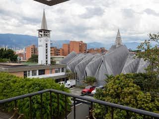 Un edificio con un reloj en la parte superior en Apartamento en venta en La Castellana - Medellín