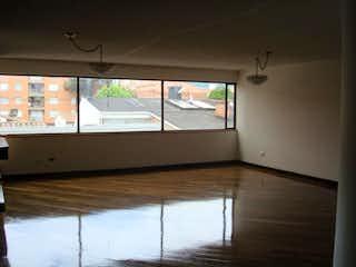 Una habitación con una cama y una ventana en Apartamento en venta, Bogotá-Usaquen, cuenta con 3 habitaciones.