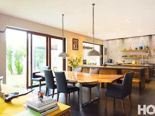 Una sala de estar llena de muebles y una mesa en Casa en San Patricio, Santa Bárbara, 7 Alcobas- 1130m2.