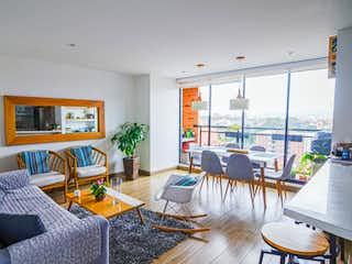 Una sala de estar llena de muebles y una mesa en Apartamento en venta en Cedritos, 104mt con balcon