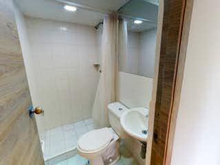Un cuarto de baño con un inodoro y una ducha en Apartamento en venta en Centro de 3 alcoba