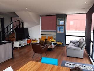 Una sala de estar llena de muebles y una televisión de pantalla plana en Apartamento en venta en Bella Suiza, 174mt duplex