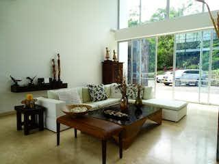 Una sala de estar llena de muebles y una ventana en Casa en venta em El Vergel, 550mt de dos niveles