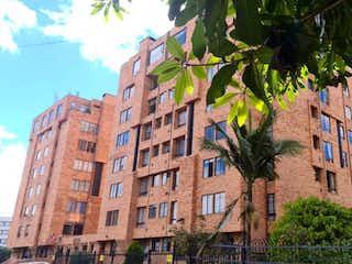 Un edificio de ladrillo alto con un árbol en el fondo en Apartamento En Venta En Bogota La Colina Campestre
