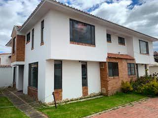 Un pequeño edificio blanco con un edificio blanco en VENTA CASA CAJIC EL CEDRO