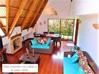Una sala de estar llena de muebles y una ventana en Casa en venta en Chitasuga, 465mt