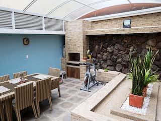 Una sala de estar con un sofá y una mesa en SE VENDE APARTAMENTO EN NICOLAS DE FEDERMAN BOGOTA
