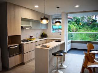 Una cocina con un fregadero, una estufa y una ventana en Bianco