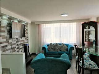 Una sala de estar llena de muebles y una ventana en Venta Casa San Sebastian Fontibón