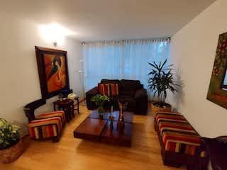 Una sala de estar llena de muebles y una televisión de pantalla plana en VENTA DE APARTAMENTO EN RINCON DEL CARMEL