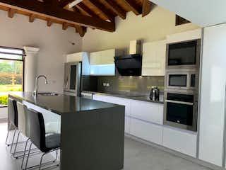 Casa con hermoso lote ubicada en Llanogrande