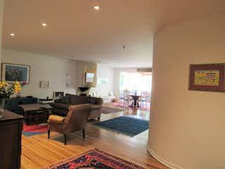Una sala de estar llena de muebles y una mesa en Excelente apartamento en venta en El Retiro