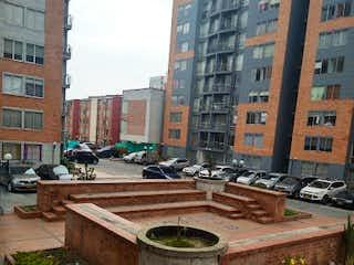 Un gran edificio de ladrillo con una planta en maceta en Apartamento en venta en Valladolid de 3 alcobas