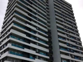 Un edificio alto sentado al lado de un edificio alto en Venta de Apartamento en La Estrella