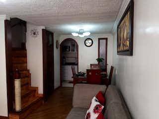 Una sala de estar llena de muebles y una chimenea en Casa En Venta En Bogota Castilla Casa De Conjunto