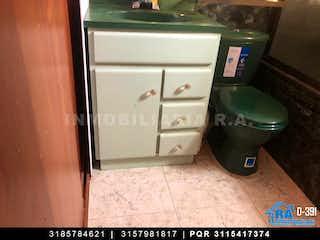 Un cuarto de baño con un inodoro y un lavabo en Casa en venta en Castilla de 3 habitaciones