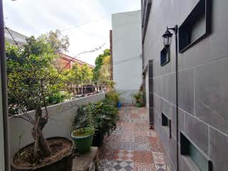 Departamento con balcón e ingresos adicionales.