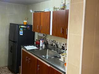 Una cocina con una estufa de fregadero y nevera en casa duplex venta la mota medellin