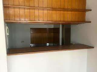 Una cocina con lavabo y microondas en BARILOCHE