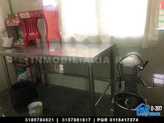 Una imagen de una habitación con una mesa y sillas en Casa En Venta En Bogota Bosa El Tanque