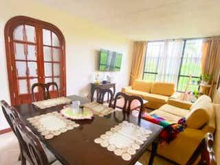 Una sala de estar llena de muebles y una ventana en Casa en venta en Castilla de 4 alcoba