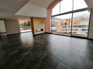 Una habitación muy bonita con una gran ventana en Apartamento en venta en Bella Suiza, 206mt con terraza
