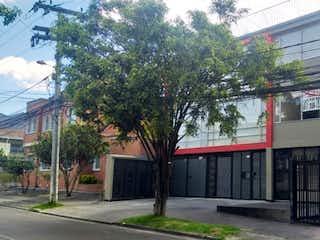 Una calle de la ciudad con un edificio y un edificio en Teusaquillo, Apartamento en venta en Barrio Teusaquillo de 1 hab.
