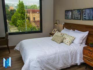 Una habitación de hotel con dos camas y una pintura en Apartamento en venta en Santa Ana de 1 habitación