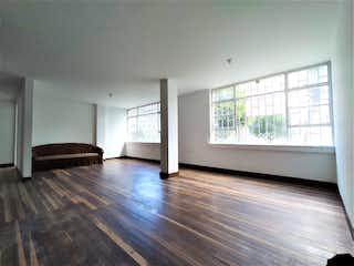 Una sala de estar llena de muebles y un suelo de madera dura en Apartamento en venta en San Martín de 3 alcoba
